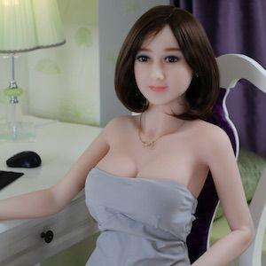 Asiatische Silikonpuppe auf dem Stuhl sitzend